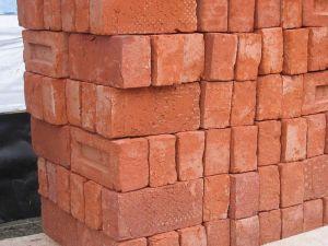 800px-Stapel_bakstenen_-_Pile_of_bricks_2005_Fruggo